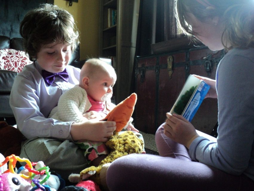 Create a Dream Day by Caring for Baby Violet: Kids reading to Violet