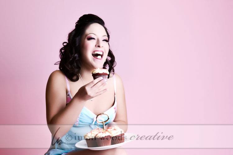 Here's a beautiful pinup girl eating a cupcake and LOVING it! Scandelous!